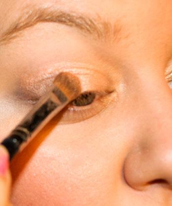 Applying eyelid color