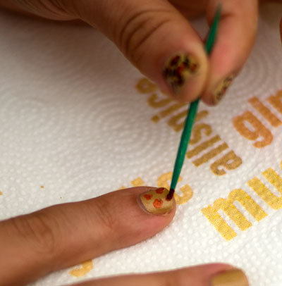 Tutorial: Cheetah/Leopard Print Nails dotting3